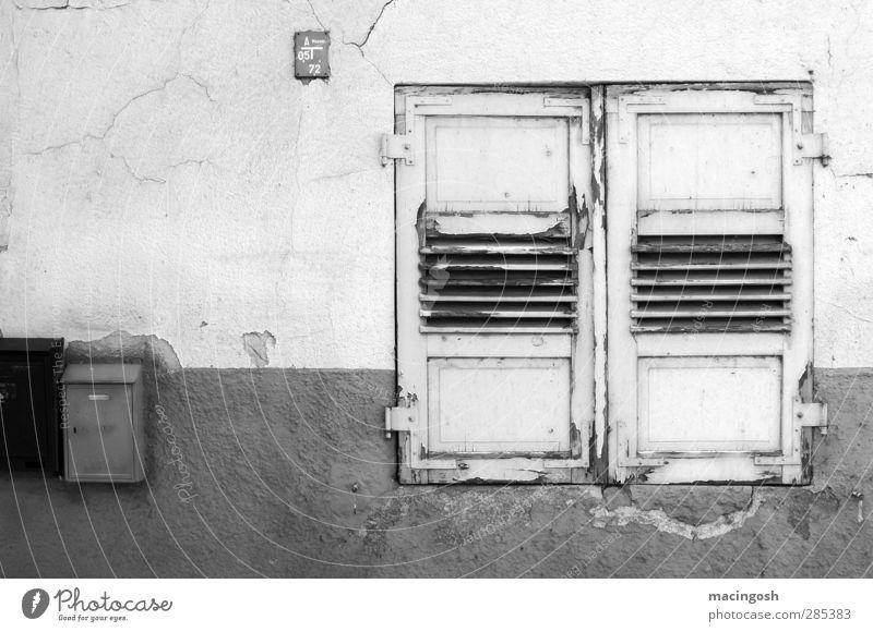 Schöner Wohnen alt weiß Einsamkeit schwarz Fenster dunkel Wand Traurigkeit grau Mauer Stein Fassade dreckig Armut Häusliches Leben trist