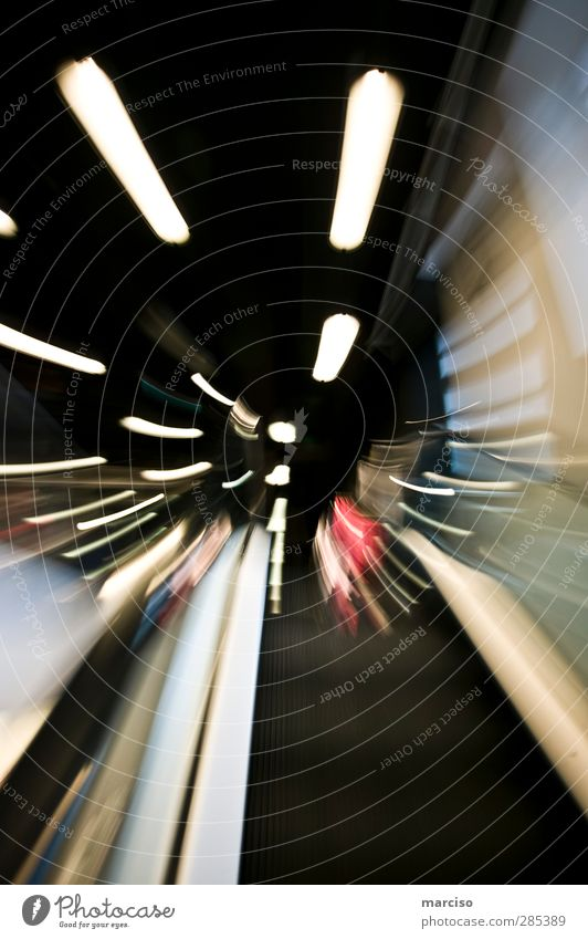Rolltreppe rauf Stadt Lifestyle Kunst Zeit Verkehr Technik & Technologie Geschwindigkeit Zukunft Kultur Wut rennen Hauptstadt Stadtzentrum Stress skurril