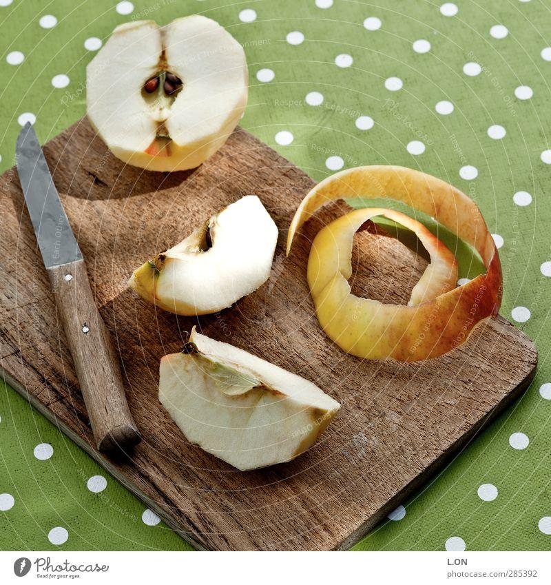 Apfelstücke grün gelb Holz Essen Gesundheit Frucht Lebensmittel frisch Ernährung Frühstück Bioprodukte Messer Diät saftig Picknick