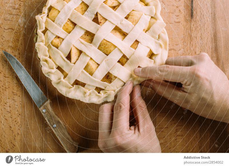 Zubereitung eines Apfelkuchens auf einem Holztisch Amerikaner Herbst Bäckerei Kuchen Zimt Dessert fallen Mehl Lebensmittel frisch Frucht golden Hand