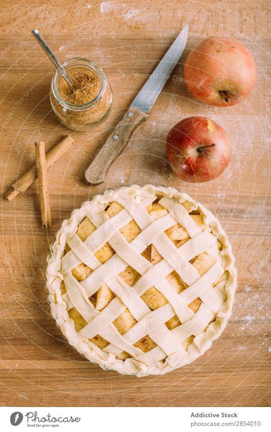 Hausgemachter Apfelkuchen Amerikaner Herbst Bäckerei Kuchen Zimt Dessert Mehl Lebensmittel frisch Frucht gold gebastelt Messer Overhead Backwaren Pasteten