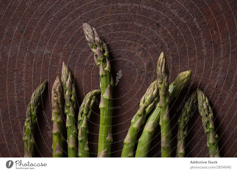 Grüner Spargel auf dunklem Metallgrund arrangiert dunkel Diät Lebensmittel frisch Feinschmecker grün