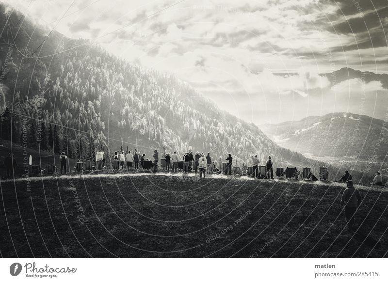 Lichtbild Mensch Frau Kind Himmel Mann Jugendliche weiß Baum Wolken Landschaft schwarz Wald Erwachsene Berge u. Gebirge Herbst Gras