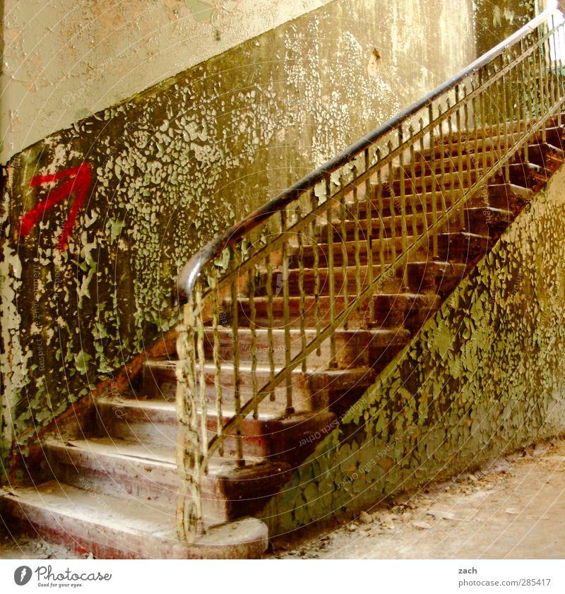 the times they are a changin Haus Ruine Gebäude Architektur Mauer Wand Treppe Fassade Pfeil Häusliches Leben alt kaputt grün Verfall Vergänglichkeit