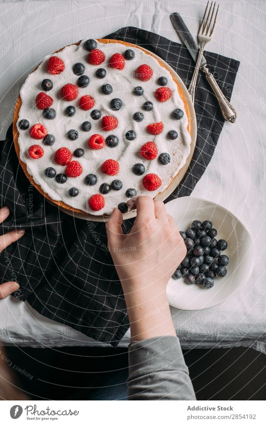 Zubereitung von Beerenkuchen mit Joghurtglasur schwarz blau Blaubeeren Kuchen kochen & garen Creme lecker Dessert Lebensmittel frisch Vogelperspektive Frost
