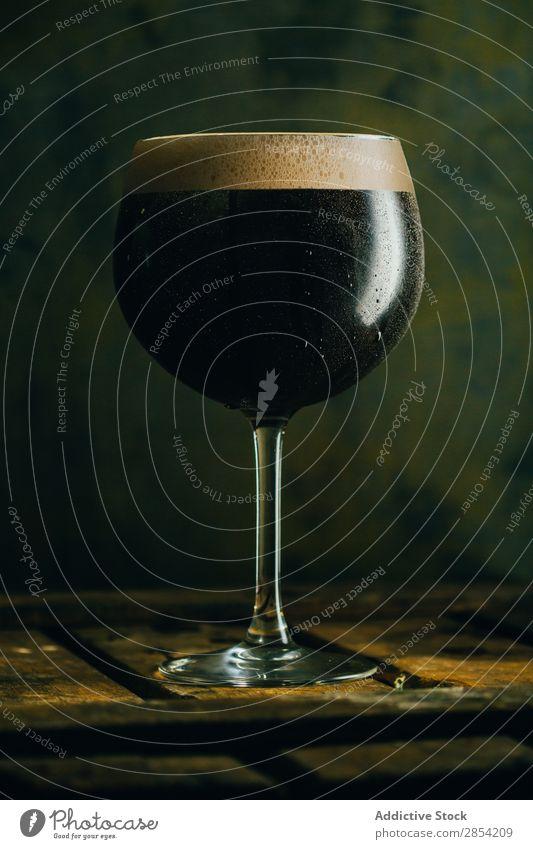 Ein Glas Schwarzbier Alkohol Bier Bar Getränk schwarz Briten Coolness Handwerk dunkel trinken trockene, kräftige Schaum Lebensmittel Grunge Guinness Iren