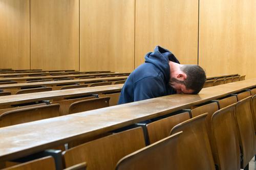 Geknickt Bildung Erwachsenenbildung Schule lernen Studium Student Hörsaal Karriere Mensch maskulin Junger Mann Jugendliche 1 18-30 Jahre sitzen Traurigkeit