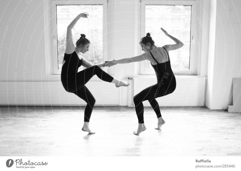 kick it. Mensch Jugendliche schwarz Erwachsene Fenster Junge Frau Wand Mauer Beine hell 18-30 Jahre Fuß Körper Tanzen Arme Rücken