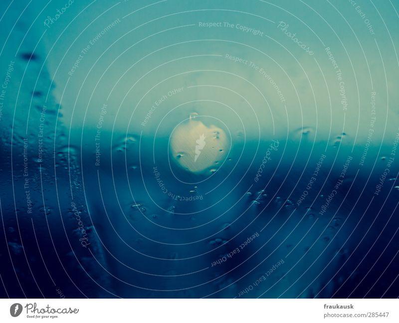 Kalt Wasser Wassertropfen schlechtes Wetter Regen kalt Windschutzscheibe Bokeh blau warten mehrfarbig Detailaufnahme Menschenleer Textfreiraum oben Tag