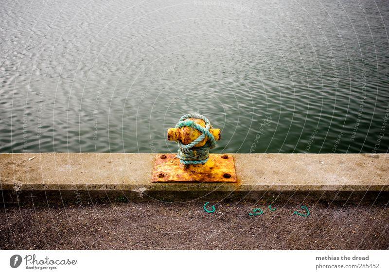 EINMAL FESTMACHEN BITTE Wasser Meer ruhig gelb Linie Wellen authentisch Seil Hafen Rost Am Rand Knoten Hafenstadt ankern Poller