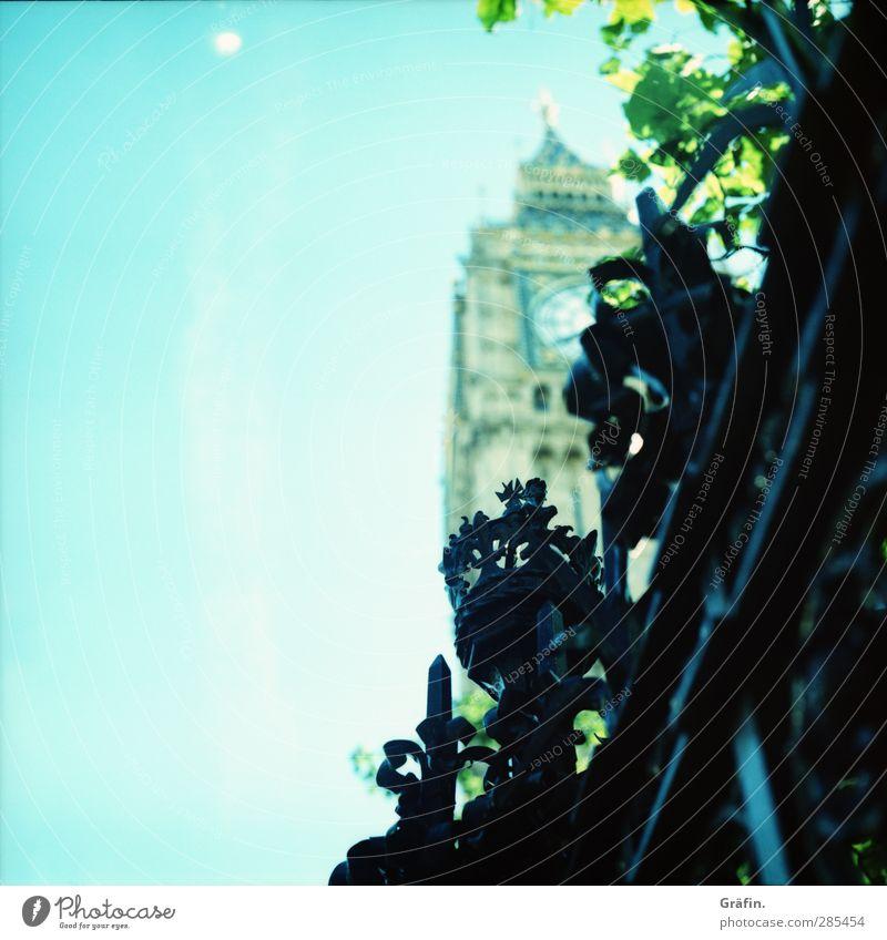 Der Zaun der Queen London Hauptstadt Stadtzentrum Bauwerk Sehenswürdigkeit Big Ben Metall entdecken groß blau schwarz ästhetisch Nostalgie himmelblau Farbfoto