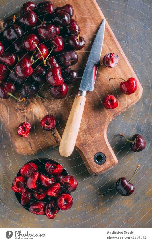 Kirschen in einem Holzschneidebrett schwarze Kirsche Schalen & Schüsseln Schneidebrett lecker Dessert Lebensmittel frisch Frucht Gesundheit saftig Messer