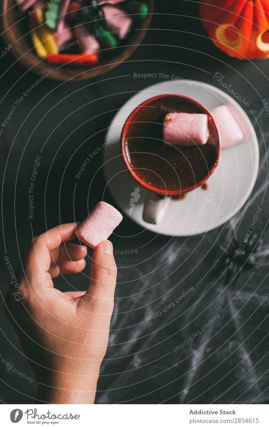 Heiße Schokolade mit Marshmallow mit Halloween-Dekoration Herbst Getränk Kakaobaum Süßwaren Tasse dunkel Dekoration & Verzierung lecker trinken Lebensmittel