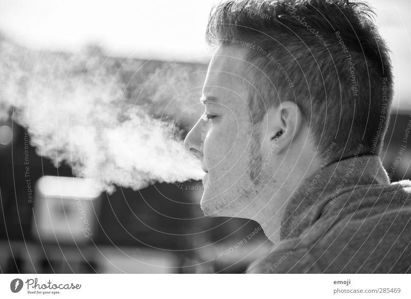 ~ maskulin Junger Mann Jugendliche Kopf 1 Mensch 18-30 Jahre Erwachsene kurzhaarig Bart Coolness Rauchen Schwarzweißfoto Außenaufnahme Tag Porträt Profil