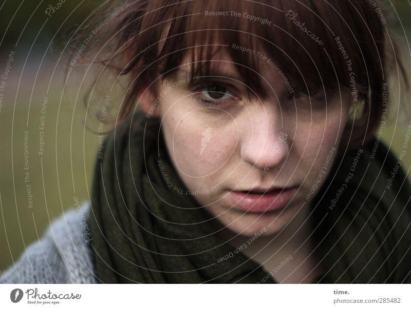 andlostluggage feminin Kopf Haare & Frisuren Gesicht Nase Mund 1 Mensch Schal brünett beobachten Blick achtsam Wachsamkeit Vorsicht ruhig Selbstbeherrschung