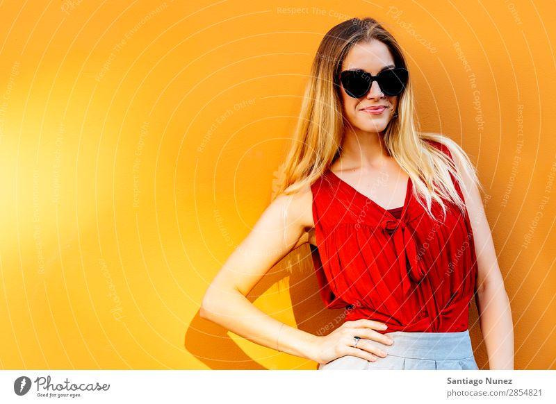 Porträt einer schönen Frau, die vor der Kamera steht. Speicherplatz kopieren. Wand Mode Hintergrundbild Jugendliche Model Stil Mensch Lächeln Glück Erwachsene