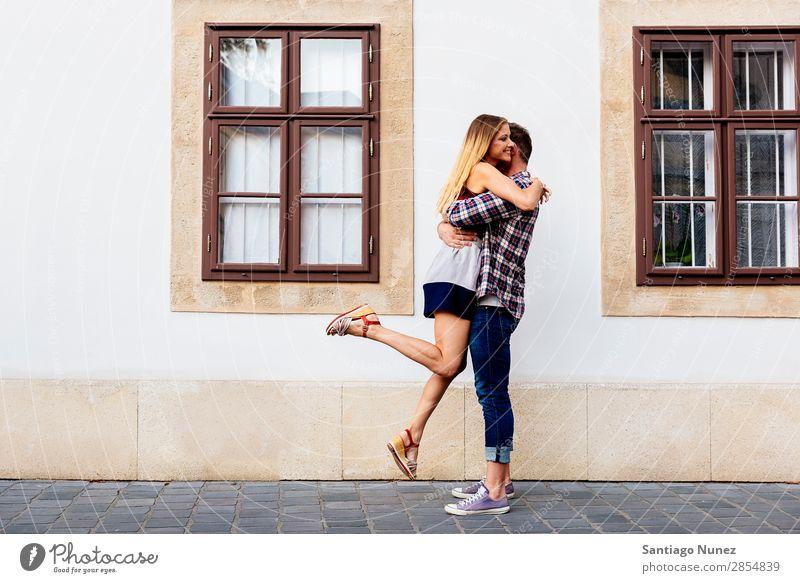 Ein junges, liebevolles Paar, das sich auf der Straße umarmt. Liebe Frau Partnerschaft Jugendliche schön Umarmen Romantik Freude springen freudig Fröhlichkeit