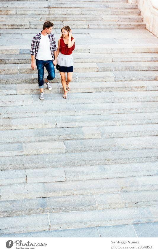 Romantisches junges Paar beim Spaziergang durch die Stadt. laufen Partnerschaft Liebe Jugendliche Glück lachen Lächeln Mensch Treppe gehen abwärts Sommer Straße