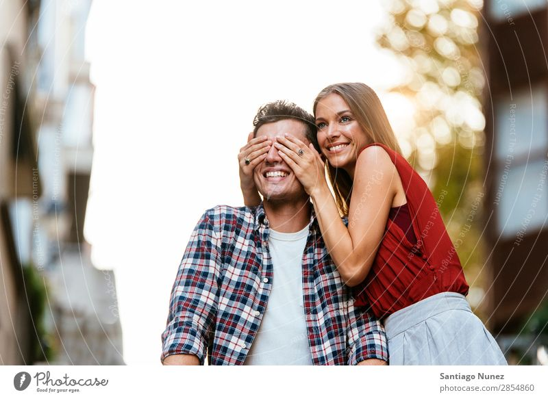 Junges Paar, das Spaß in der Stadt hat. Liebe Frau Partnerschaft Hand Auge Jugendliche schön Freundschaft Überraschung Romantik lustig springen freudig