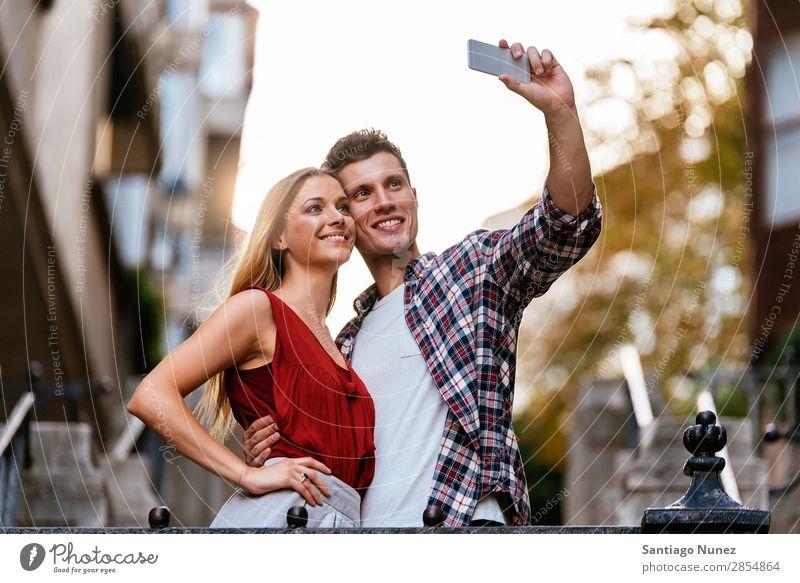Romantisches junges Paar beim Fotografieren mit dem Handy. Selfie nehmen Jugendliche Telefon Mobile Solarzelle Selbstportrait Mensch Grafik u. Illustration
