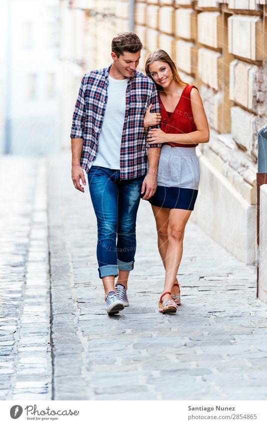 Romantisches junges Paar beim Spaziergang durch die Stadt. laufen Partnerschaft Liebe Jugendliche Glück lachen Lächeln Mensch Sommer Straße Großstadt Europa