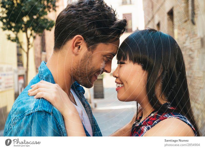 Porträt eines glücklichen, schönen Paares isoliert auf der Straße Erwachsene Zuneigung asiatisch attraktiv Junge boyfried Freund lässig Kaukasier Chinese