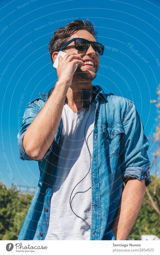 Urbaner, intelligenter, lässiger, gutaussehender junger Mann, der auf dem Smartphone spricht. Erwachsene attraktiv schön Beautyfotografie Telefongespräch