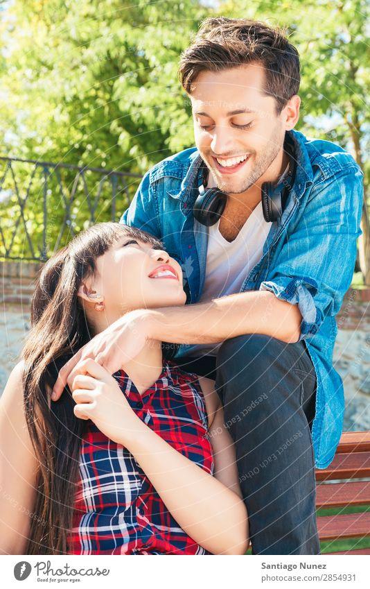 Porträt eines glücklichen, schönen Paares isoliert auf der Straße Erwachsene Zuneigung asiatisch attraktiv Bank Junge boyfried Freund lässig Kaukasier Chinese