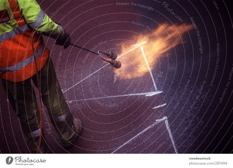 Straßenmalerei Flammenfackel Arbeit & Erwerbstätigkeit Handwerker Mann Erwachsene Arbeitsbekleidung Schutzbekleidung Hose Jacke Stiefel gelb orange Farbe
