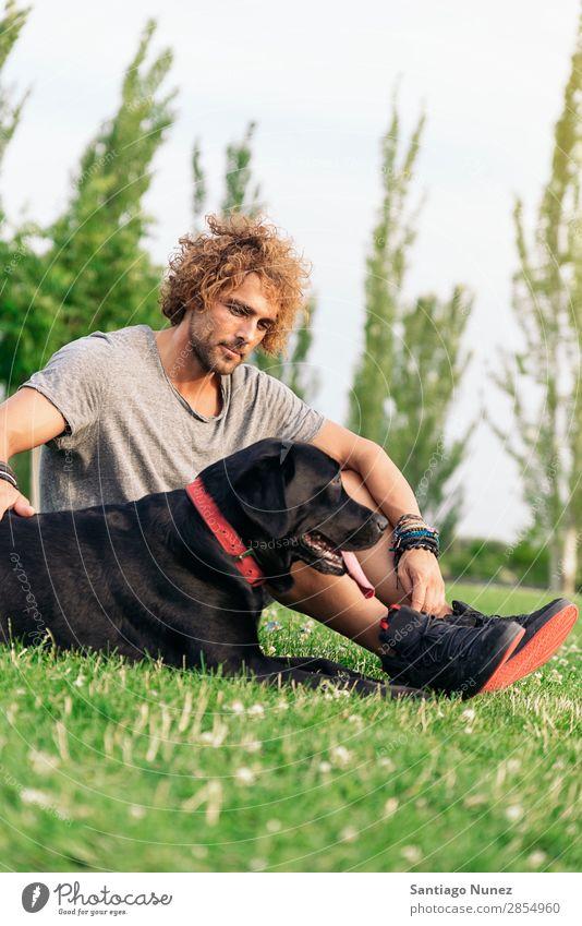 Der Mann hat Spaß mit seinem Hund. Haustier Park Besitzer Mensch grün anleinen laufen Tier rennen Glück Aktion Erwachsene Kaukasier Freundschaft Freude Gras Typ