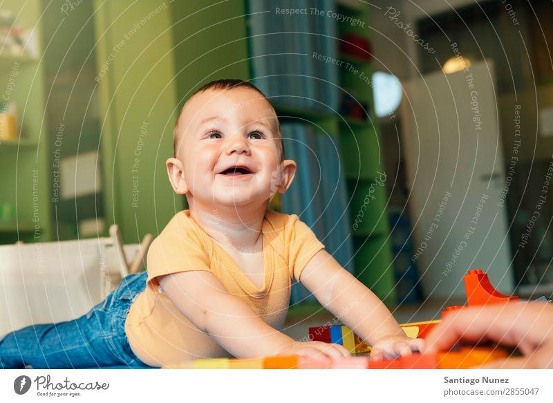 Kind Junge und Mutter beim Spielen. Baby Kinderbetreuung Kindergarten Lehre Schule Familie & Verwandtschaft lernen Spielzeug Kleinkind klein Lifestyle lehrreich