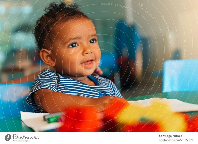 Frohes Baby beim Spielen mit Spielzeugblöcken. Kinderbetreuung Kindergarten Porträt Schule Kleinkind Mädchen klein Blöcke Glück Fürsorge niedlich Freude