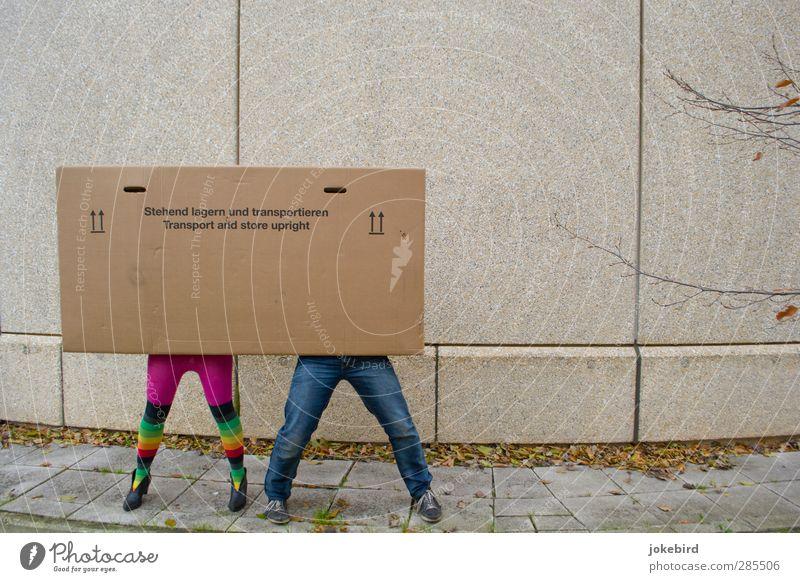Pappnasen Beine 2 Mensch Jeanshose Strümpfe Strumpfhose Paket Kasten Pappverpackung Pappschachtel Umzugskarton Karton stehen lustig mehrfarbig