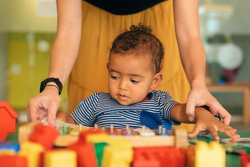 Kind Junge und Mutter suchen ein Lehrbuch. Baby Spielen Kinderbetreuung Kindergarten Lehre Schule Familie & Verwandtschaft lernen Buch Kleinkind Spielzeug