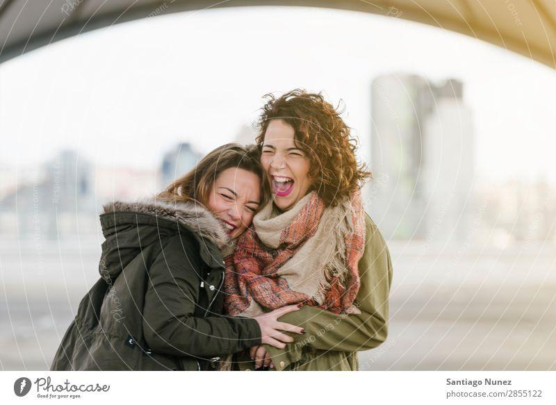 Zwei schöne Frauen, die Selfiei auf der Straße nehmen. lachen Glück Freundschaft Freundinnen Jugendliche Porträt Sommer Lifestyle Freude Mädchen Zusammensein