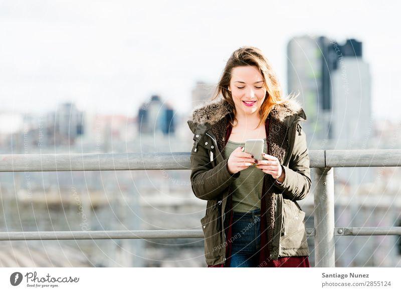 Glückliches Mädchen, das auf einem Smartphone schreibt. Telefon Mobile Frau Texten Mensch PDA SMS Hintergrundbild schön App Mitteilung benutzend Großstadt