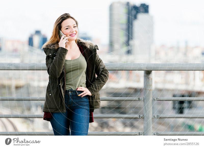 Schöne Frau am Telefon in der Stadt. Großstadt sprechen Straße lässig Mobile Jugendliche klug Hintergrundbild Glück schön Mensch Mädchen Erwachsene weiß PDA
