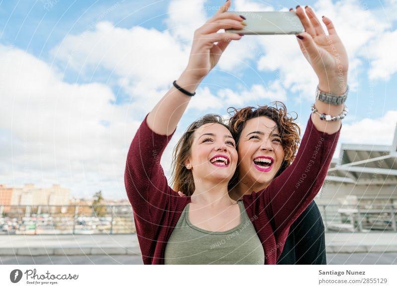 Zwei schöne Frauen, die sich auf der Straße selbst fesseln. Selfie lachen Glück Freundschaft Freundinnen Jugendliche Porträt Sommer Lifestyle Freude Mädchen