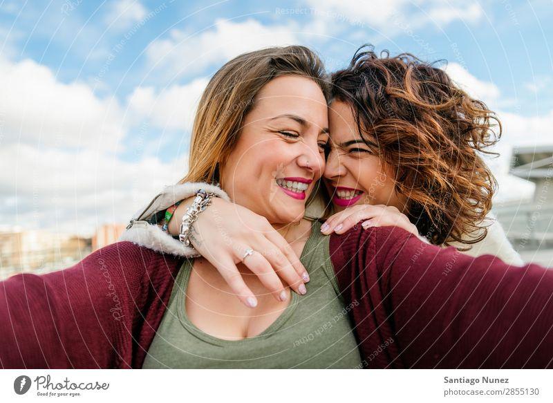 Zwei schöne Frauen, die Selfie auf der Straße nehmen. lachen Glück Freundschaft Freundinnen Jugendliche Porträt Sommer Lifestyle Freude Mädchen Zusammensein