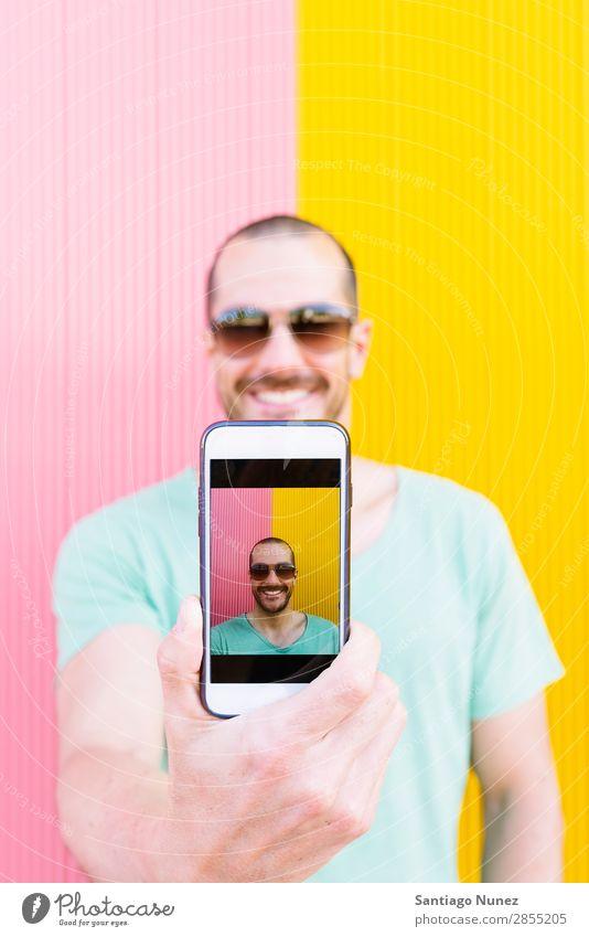 Hübsches Männerporträt mit Selbstfindung Selfie Mann Mensch Jugendliche Telefon nehmen Lifestyle Glück