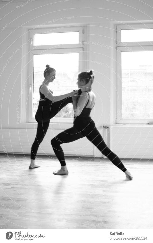 warm up Tanzen feminin Junge Frau Jugendliche Körper Beine 2 Mensch 18-30 Jahre Erwachsene Mauer Wand Fenster Heizkörper Bodenbelag Parkett Leggings Top