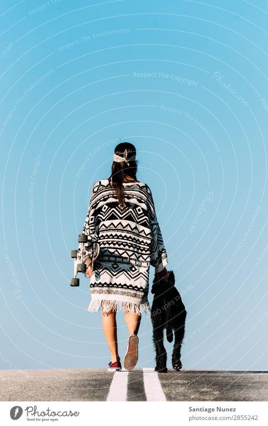 Schöner junger Mann, der ihren Hund liebt. Mädchen Frau Haustier Welpe Liebe laufen Schlittschuhlaufen Stadt Jugendliche Sport Tier Fürsorge Longboard Stil