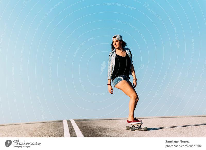 Schöne Skaterin, die auf ihrem Longboard fährt. Mädchen Frau Schlittschuhlaufen Stadt Jugendliche Sport Skateboarding Stil Reiten Schlittschuhe Glück Lächeln