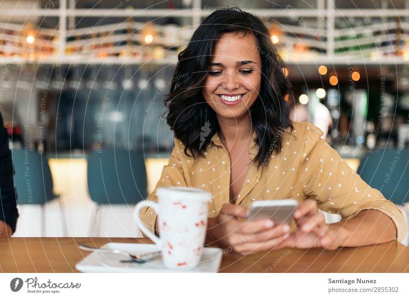 Porträt einer schönen Frau mit Handy. Café Pause Kaffee sitzen Gerät Telefon Business 1 hübsch PDA Halt Mobile Lächeln Lifestyle Mensch Glück