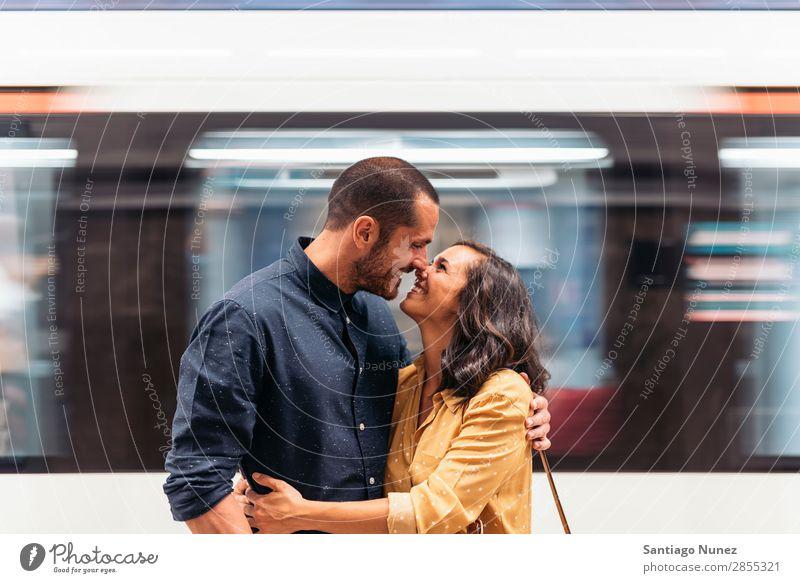 Lächelndes Paar von Liebhabern, die sich küssen. Frau Datteln Liebe Umarmen Küssen Mann Mädchen Jugendliche Romantik Großstadt Fröhlichkeit Glück Mensch