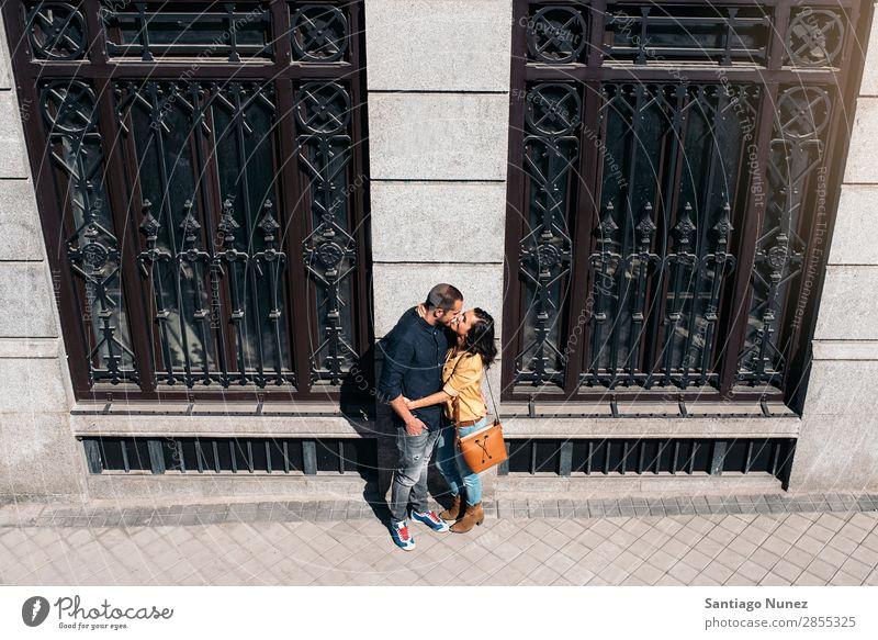 Lächelndes Paar von Liebhabern, die Spaß haben. Frau Datteln Liebe Umarmen Küssen Mann Mädchen Jugendliche Romantik Großstadt Fröhlichkeit Glück Mensch