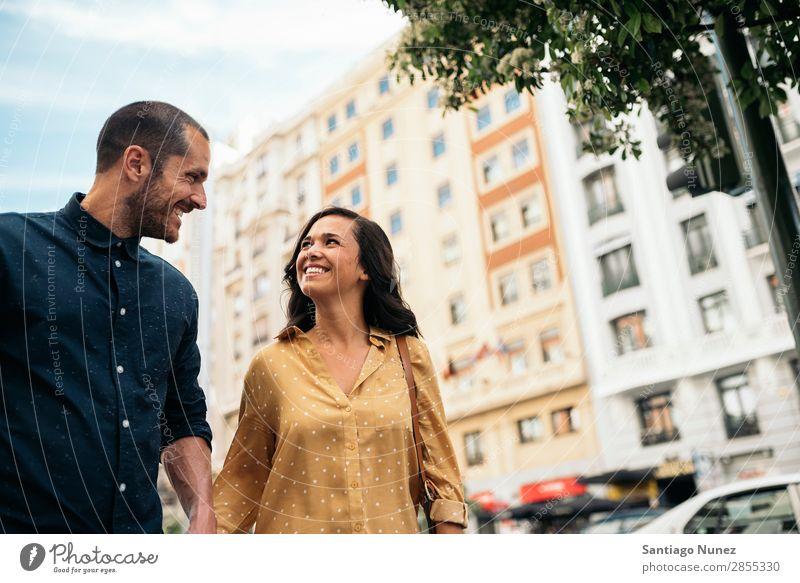 Lächelndes Paar von Liebhabern, die Spaß haben. Frau Datteln Liebe Hand Mann Mädchen Jugendliche Romantik Großstadt Fröhlichkeit Glück Mensch Zusammensein