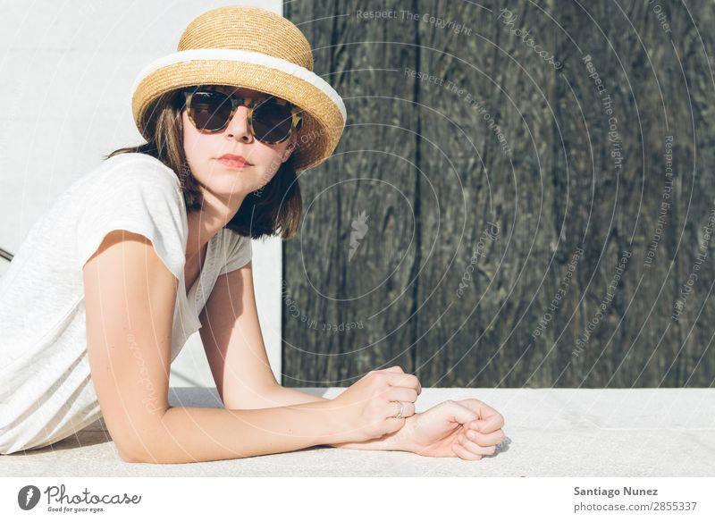 junges lässiges Mädchen mit Hut und Sonnenbrille Erwachsene schön Beautyfotografie Kaukasier Mode Frau Flirten Brillenträger Hippie Schickimicki