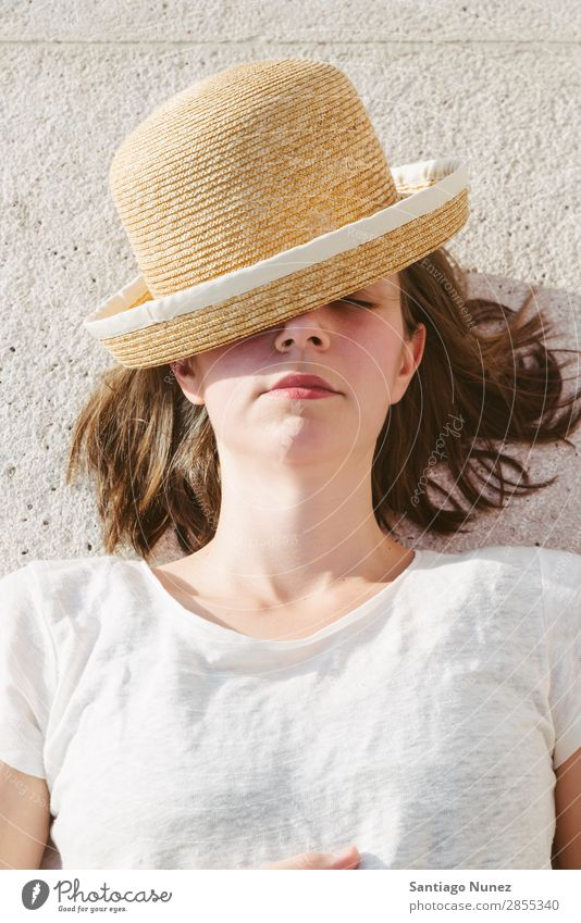 junges lässiges Mädchen mit Hut und Sonnenbrille entspannt Erwachsene schön Beautyfotografie Kaukasier Mode Frau Flirten Brillenträger Glück Hippie Schickimicki
