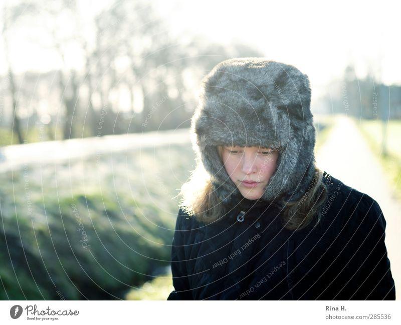 WinterBlues Mensch Kind Mädchen Leben 1 8-13 Jahre Kindheit Schönes Wetter Baum Straße Wege & Pfade Jacke Mütze Traurigkeit authentisch schön kalt natürlich